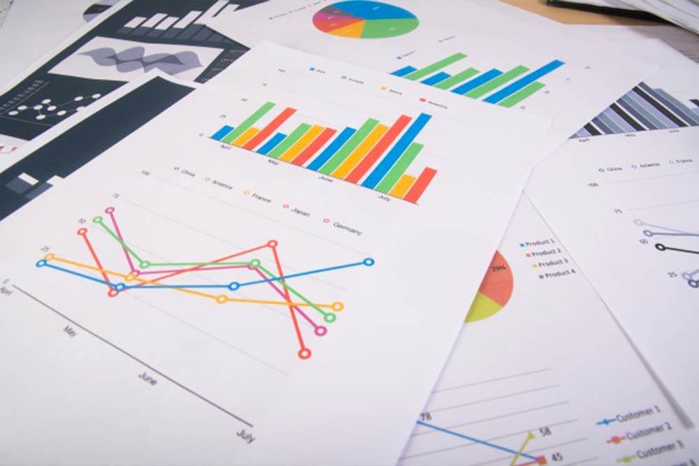 Report e grafici aziendali per verificare analisi di bilancio con grafici e documenti