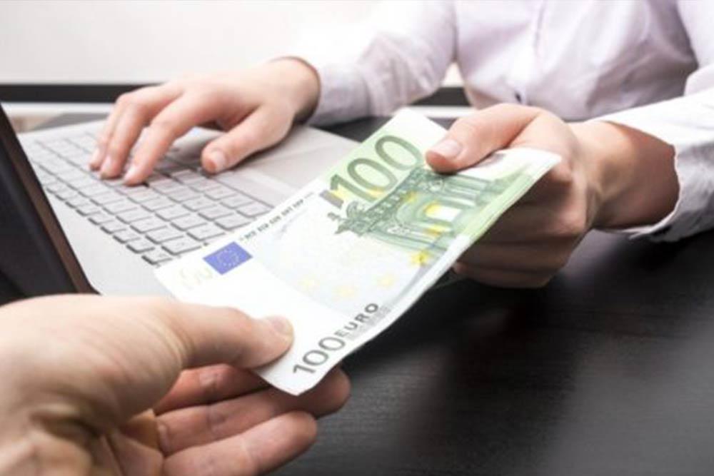 Debitore e creditore durante una fase del recupero crediti